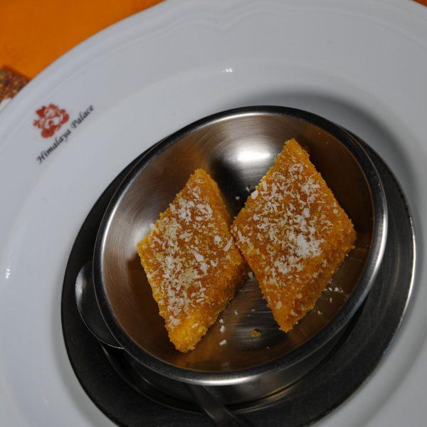 Dolce tipico indiano di semola e cocco