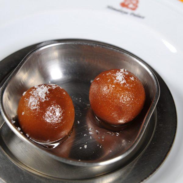 Gulab Jamun (Dolce tipico indiano a base di pasta al latte in sciroppo)