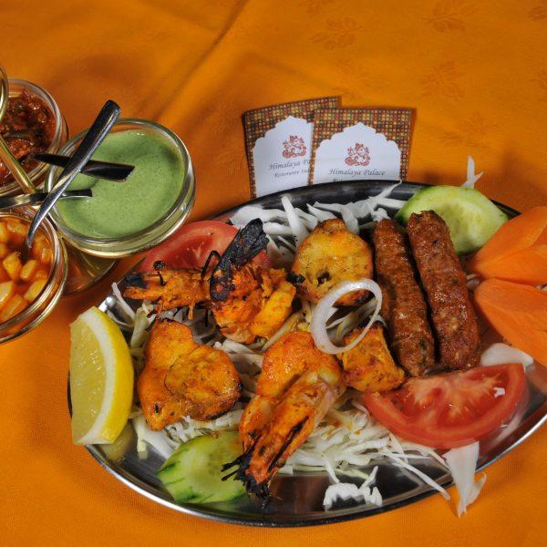Mix Himalaya Grills (Seekh kebab, Pollo tikka, Gamberi Tandoori*, Pesce spada*